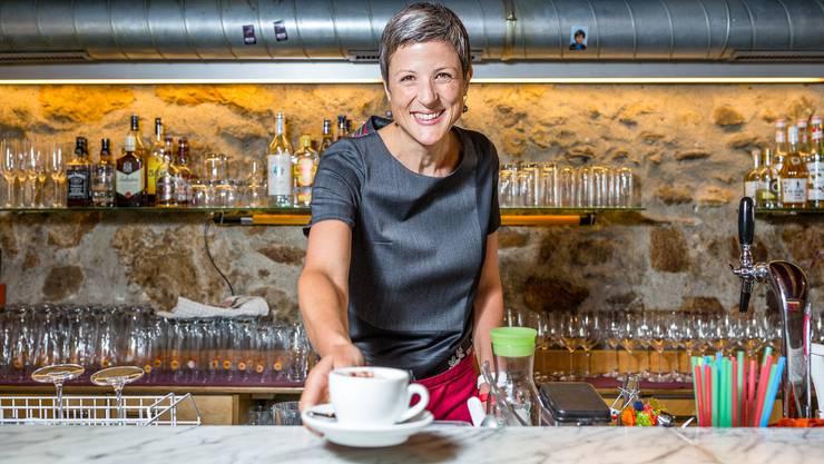 """Sandra Kohler will als erste Frau Badener Stadtammann werden. Hier serviert sie Kaffee im Restaurant """"Fiori"""" in Baden."""