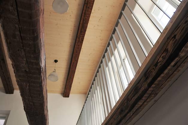 Blick vom ersten Obergeschoss auf die Decke des zweiten Obergeschosses. Darüber befindet sich der Estrich.