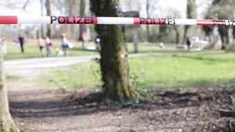 Die Polizei sperrt die Badeanstalt Brestenberg am Hallwilersee und weist alle anwesenden Personen weg, am 18. März 2020.
