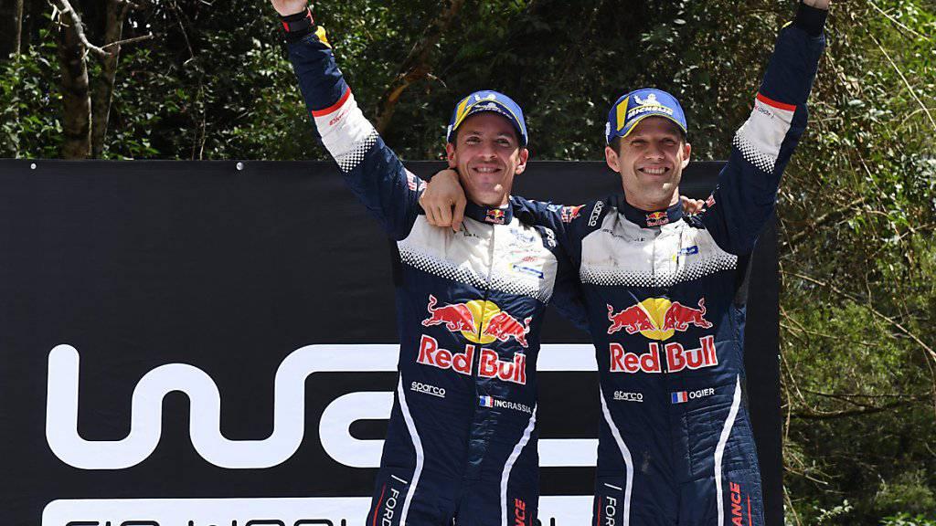 Sébastien Ogier (rechts) freut sich mit seinem Co-Piloten Julien Ingrassia über den gemeinsamen Triumph mit Ford