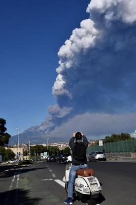Begleitet wurde der Ausbruch von einer Serie von etwa 130 leichten Erdbeben.