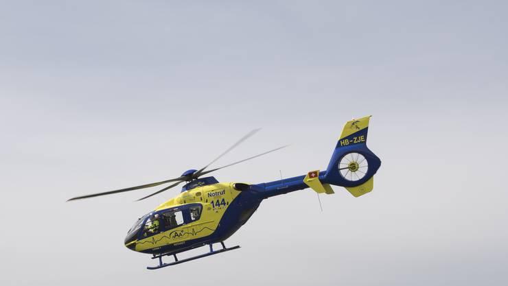 Der 16-jährige Beifahrer musste mit schweren Kopfverletzungen ins Spital gebracht werden. (Symbolbild)