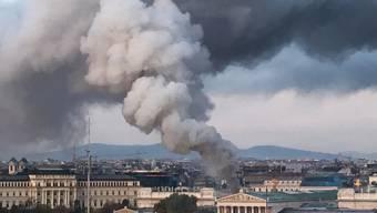 Viel Rauch - zum Glück nur wenig Feuer: Ein Brand im Dach des Wiener Parlamentsgebäudes war rasch gelöscht. Verletzt wurde niemand.