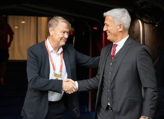 Die beiden Trainer beim Handshake: Der dänische Trainer Age Hareide (l.) begrüsst Vladimir Petkovic (r.)