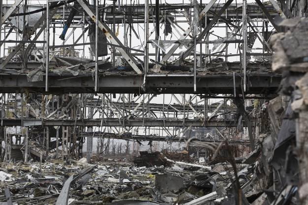 Statt Gebäude nur noch Trümmer und Stahlgerippe.