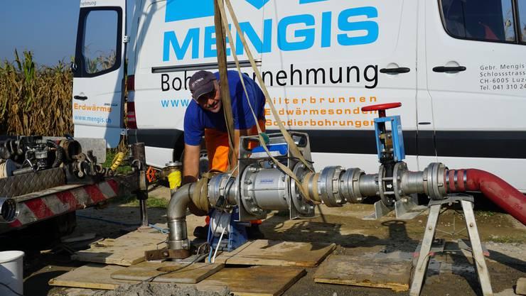 Pumpversuch am Standort des geplanten Pumpwerks Breiten in Zufikon.