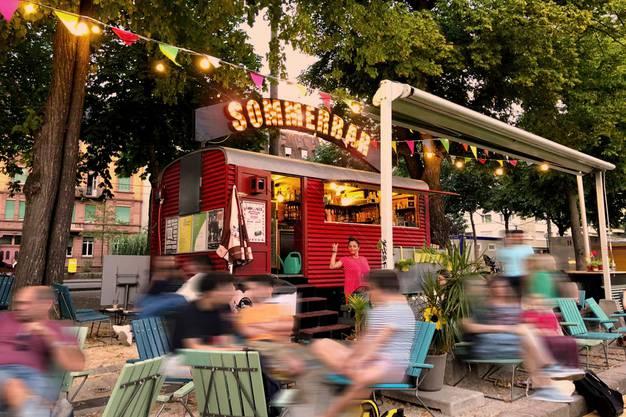 Basel: Das Nachtleben am Rheinknie ist gemäss Lärmempfindlichkeitsstufenplan geregelt. Zum Beispiel in der Steinenvorstadt ist Nachtleben draussen bis 2:00 Uhr vorstellbar. Am Fluss lockt die Buvette. Fazit: Wohldosiertes Mittelmeer