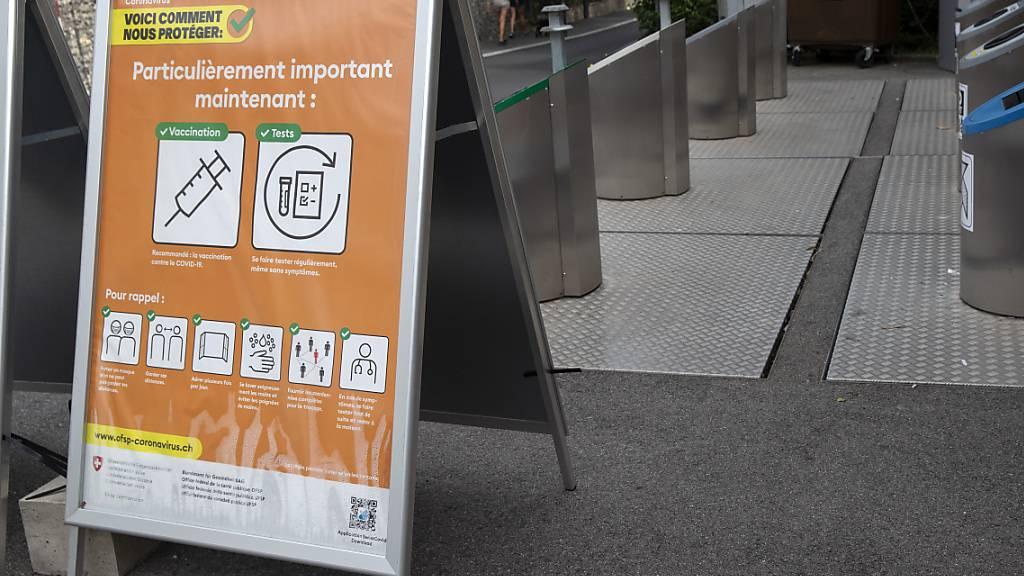 Ein Plakat des BAG wirbt in Céligny bei Genf für das Impfen und Testen. (Archivbild)