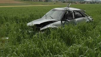 Das Auto kam nach mehreren Metern Flug im Feld zum Stillstand.