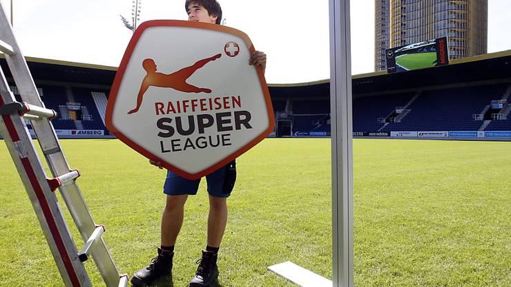 """Bald schon werden die Schilder und noch vieles mehr ausgetauscht: Ab der Saison 2021/22 heisst die höchste Spielklasse im Schweizer Fussball """"Credit Suisse Super League"""""""