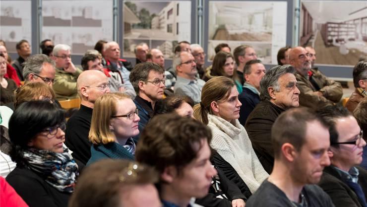 Rund 200 Personen trafen in der Aula Hüslerberg ein. Alex Spichale