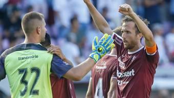 Die Servettiens mit Goalie Jérémy Frick und Captain Anthony Sauthier haben Grund zur Freude