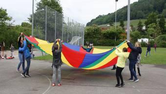 Das Elternforum organisierte an der Primarschule Weiningen in der 10-Uhr-Pause Spiele, die sie früher als Kinder selbst gespielt haben