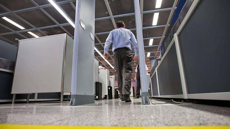 Ein Flugpassagier passiert am Flughafen Frankfurt eine Sicherheitskontrolle. In den USA hat eine Behörde erhebliche Mängel bei der Sicherheit aufgedeckt (Symbolbild)