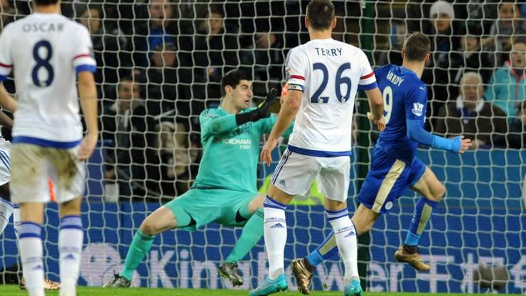 Leicesters Jamie Vardy schiesst gegen Chelsea-Hüter Thibaut Courois sein 15. Saisontor