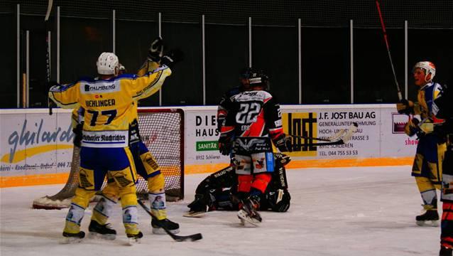 Die Schaffhauser (in Gelb) bejubeln einen weiteren Treffer gegen Urdorfs Goalie Florian Wassmer (verdeckt) und Verteidiger Dominik Erb. Quelle: Raphael Biermayr