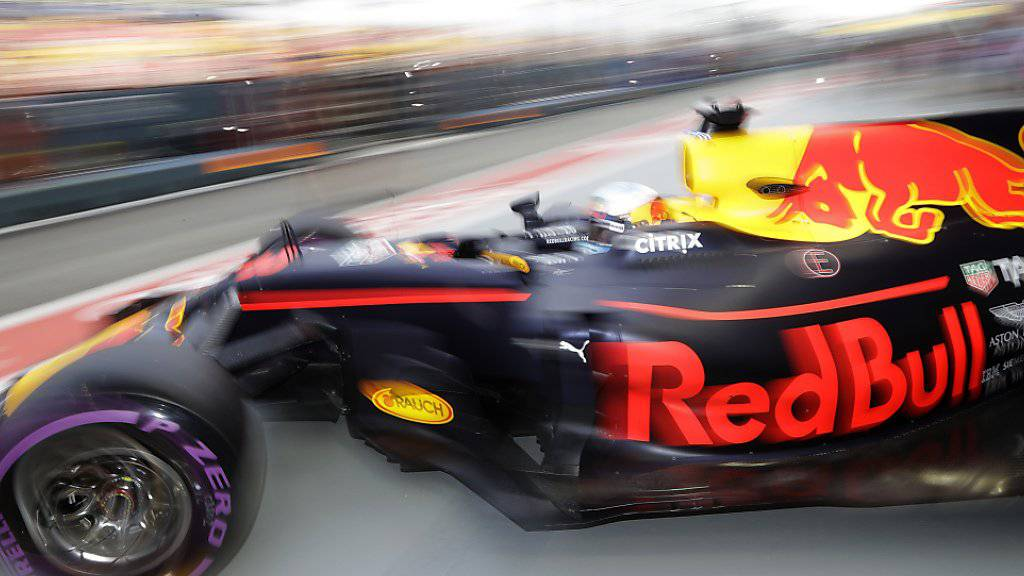 Daniel Ricciardo fährt seinen Red Bull-Renault aus der Garage und zur Bestzeit.