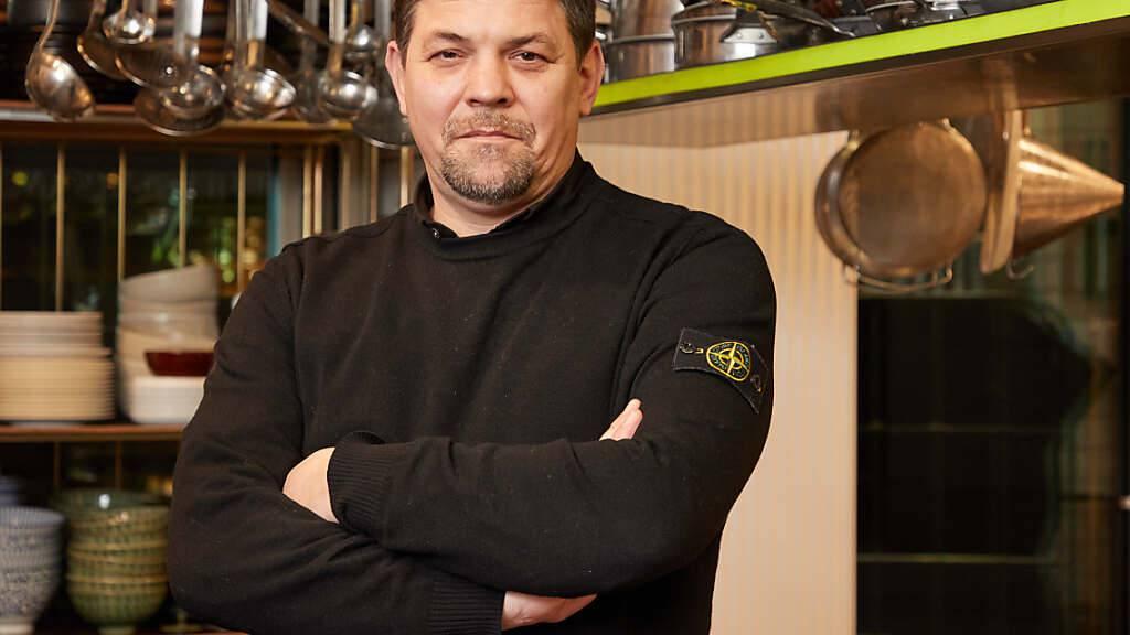 Fernsehkoch Tim Mälzer steht in der Küche seines Restaurants «Die Gute Botschaft». Foto: Georg Wendt/dpa