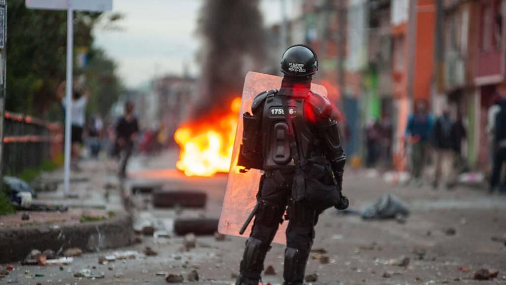 Nach tagelangen Protesten gegen eine umstrittene Steuerreform schickt die kolumbianische Regierung nun Soldaten auf die Straßen. Foto: Chepa Beltran/VW Pics via ZUMA Wire/dpa