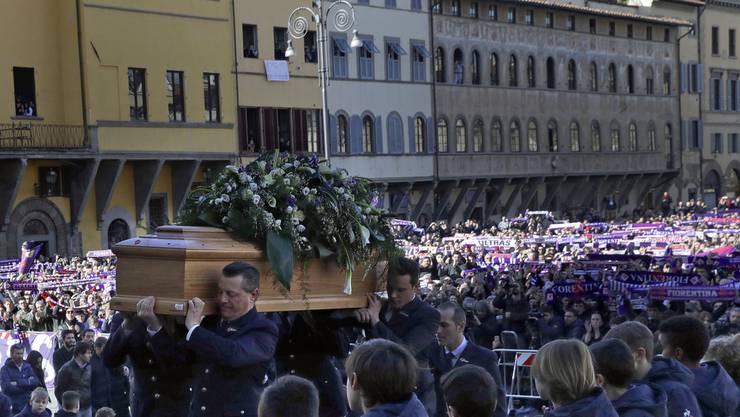Der Sarg Davide Astoris wird in die Santa-Croce-Kirche in Florenz getragen.