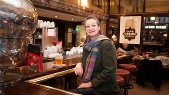 Brida von Castelberg im Zürcher Café Odeon, wo sie als Kind ihren ersten Kaffee getrunken hat, eine Schale Gold. Nathalie Guinand