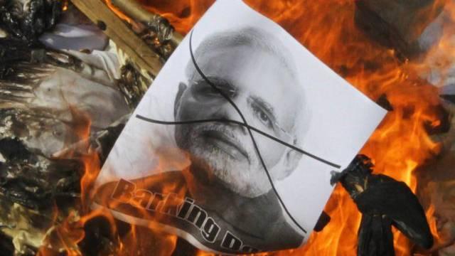 Pakistaner haben ein Bild von Indiens Premier Modi angezündet