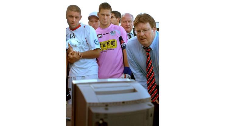 19. Mai 2007: Josef Zindel (r.) verfolgt mit Francois Marque (l.) und FCL-Schlussmann David Zibung die letzten Minuten des Spiels zwischen den Young Boys und dem FC Zürich am Fernseher.