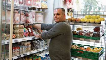 Zeigt sich solidarisch: Städtli-Kiosk-Betreiber Dritan Jusufi. Um kurz nach 13 Uhr war die Marktgasse beinahe menschenleer.