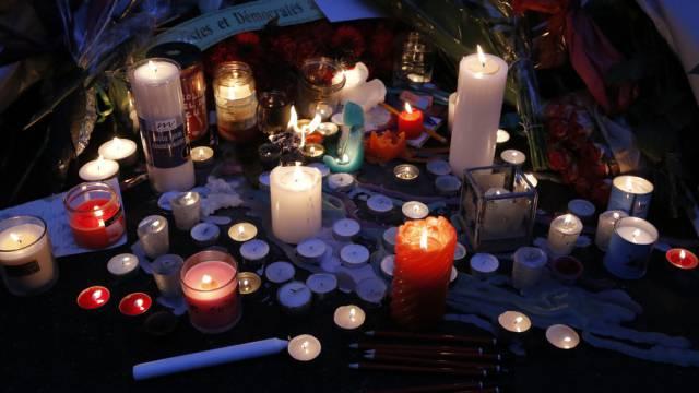 """Kerzen und Blumen vor dem """"Charlie-Hebdo""""-Gebäude in Paris"""