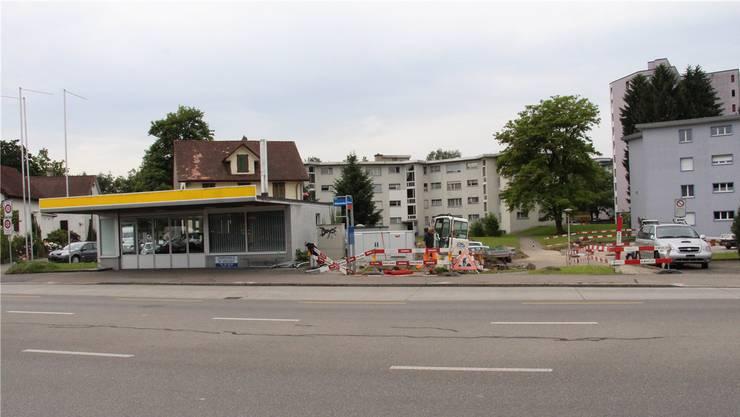 Einer steht noch, zwei fehlen: Sicht vom Bahnhof Glanzenberg auf die Baustelle neben der Luberzen-Garage.