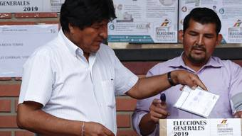 Der amtierende Präsident von Bolivien, Evo Morales (links), muss wahrscheinlich erstmals in eine Stichwahl.