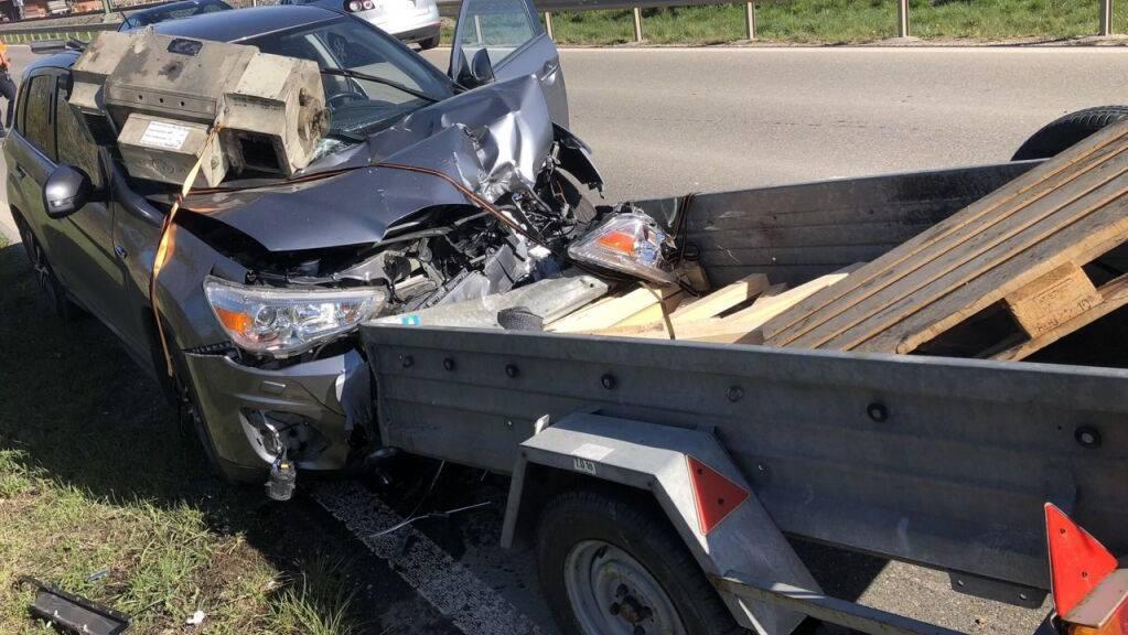 Ein Auto kollidierte bei Neunkirch SH mit einem verlorenen Anhänger.
