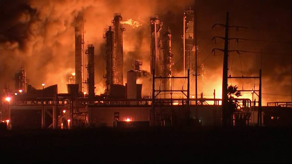 Massive Explosionen: Chemiefabrik in Texas steht in Flammen