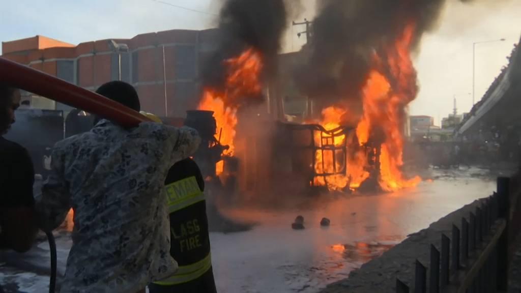 Lagos: Tanklaster vor Tankstelle gekippt und explodiert