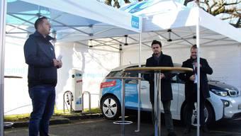 EKZ-Eltop-Filialleiter Reto Wullschleger (links) und Repower-Projektmanager Tao Krauspe (Mitte) stellen die neuen Zapfsäulen in der Weininger Fahrweid vor.