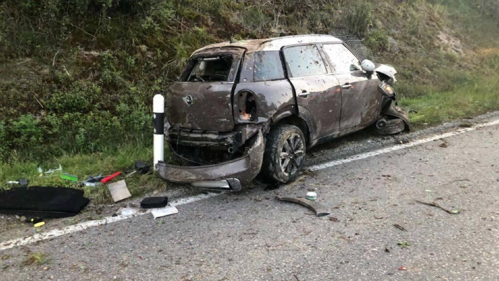 Das Auto kam nach den Überschlägen mit Totalschaden am Strassenrad zu stehen.