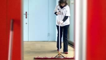 Eine behinderte Hotelangestellte bei der Arbeit (Symbolbild, Archiv)