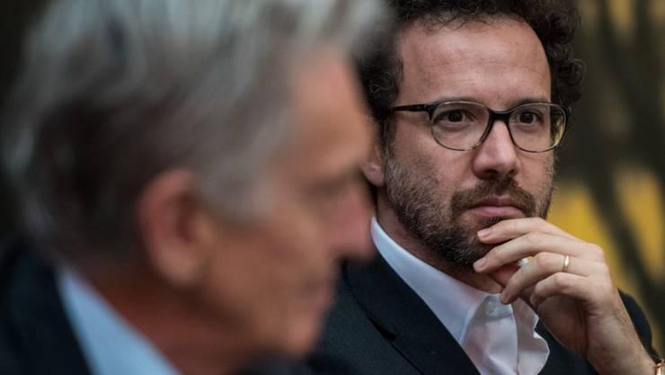 Präsident Marco Solari (links, im Vordergrund) und der künstlerische Leiter Carlo Chatrian wollen an der 70. Ausgabe des Locarno Festival über die Zukunft des Films nachdenken. (Archivbild)