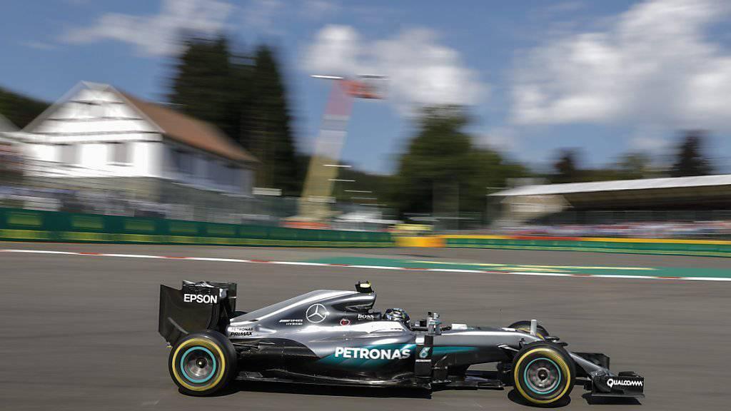 Bei herrlichem Sommerwetter mit 31 Grad fährt Rosberg die Bestzeit