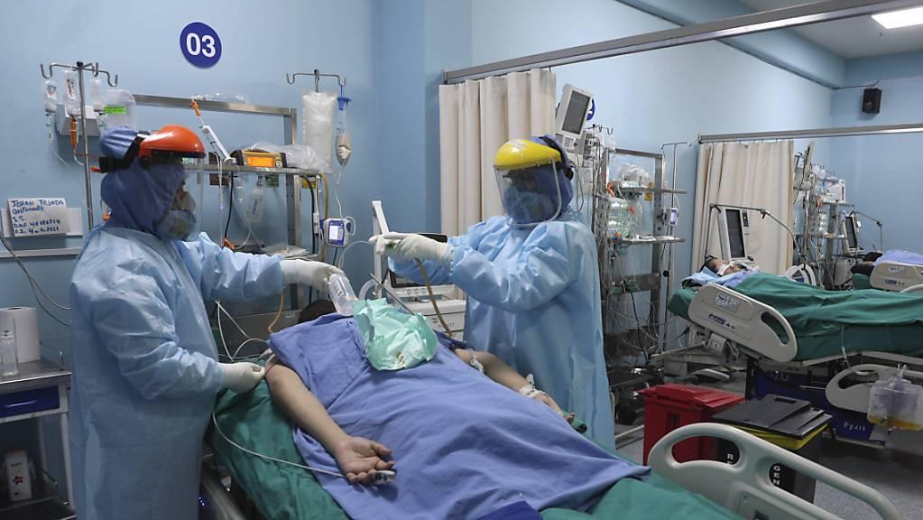 Mitarbeiter des Gesundheitswesens behandeln einen Patienten auf der Intensivstation für Covid-19 in einem Krankenhaus in Callao in der Nähe von Lima. (Archiv)