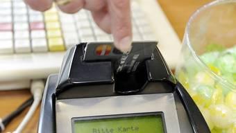 Nach Ansicht der EU-Kommission noch immer eine zu teure Sache: Eine Kundin zahlt ihre Einkäufe mit Kreditkarte.