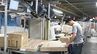 Nur ein Viertel der Schweizer will innerhalb des nächsten Jahres den Job wechseln: Ein Mann arbeitet in einem Postsortierzentrum (Archivbild).