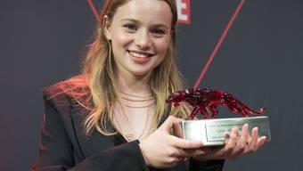 Die Schweizer Schauspielerin Luna Wedler ist in Berlin mit dem New Faces Award in der Kategorie Beste Nachwuchsschauspielerin ausgezeichnet worden.