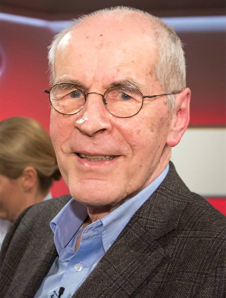 war Direktor des Kriminologischen Forschungsinstituts Niedersachsen. 2000–2003 war er niedersächsischer Justizminister für die SPD.