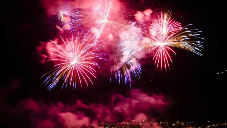 Wer Feuerwerkkörper in die Schweiz einführt, darf dies, sofern die pyrotechnische Ware nicht mehr als 2,5 Kilogramm wiegt. Spektakulärer ist sowieso der Besuch einer der öffentlichen Feiern. (Archivbild)