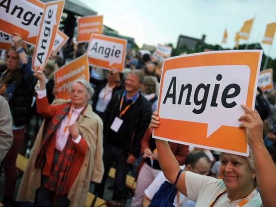 Die Zustimmung des Volkes ist gross. An der Bundestagswahl 2014 erreicht ihre Partei einen Zuwachs von 6,9 % gegenüber der vorangegangenen Bundestagswahl und gewinnt die Wahl.