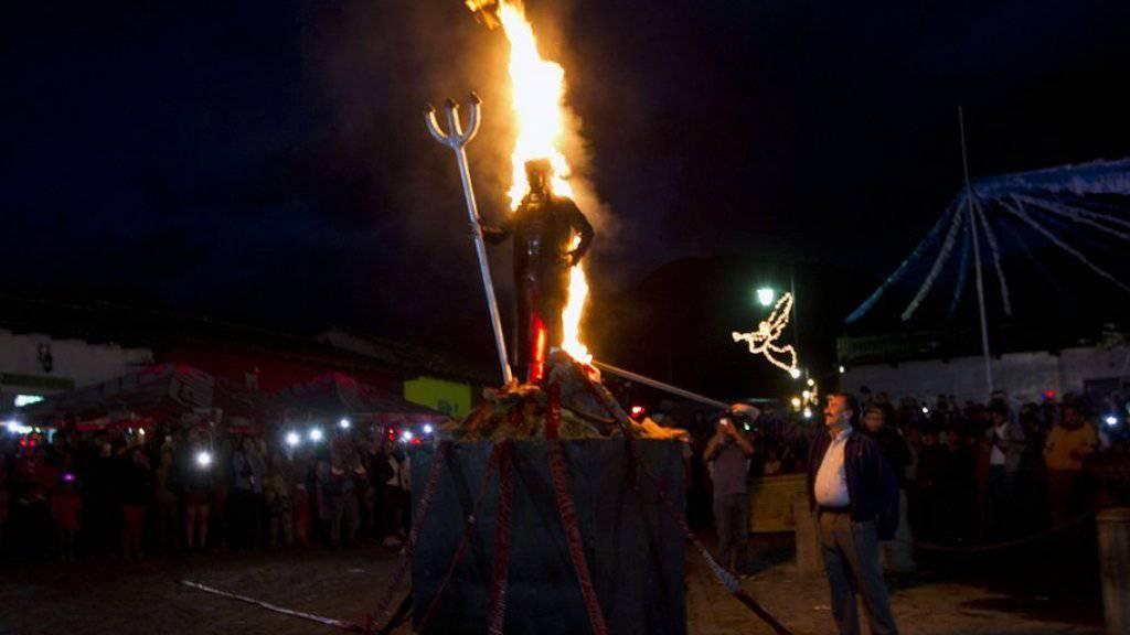 Im Viertel La Concepción in der guatemaltekischen Kolonialstadt Antigua wird ein etwa zwei Meter hohes Bildnis des Teufels aus Papier und Metall verbrannt