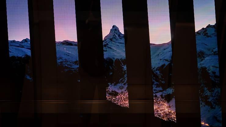 Das neue Tunnelkino am Flughafen Zürich zeigt alpine Aufnahmen.