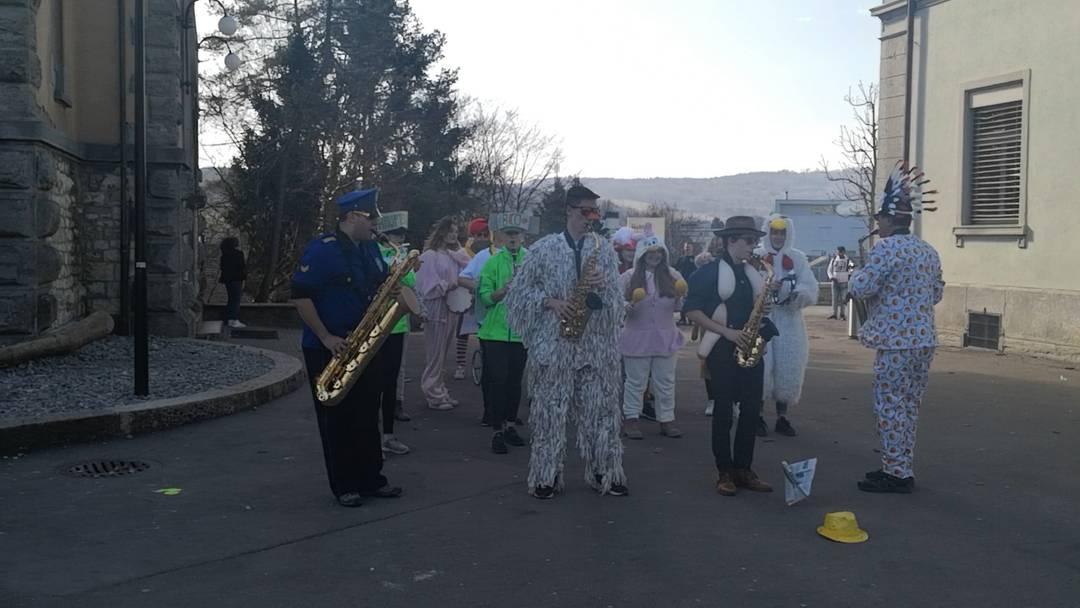 Warmspielen vor dem grossen Auftritt: Die Wohler Bezirksschulgugge  gibt vor dem Halde-Schulhaus eine Kostprobe, bevor es an den Umzug geht