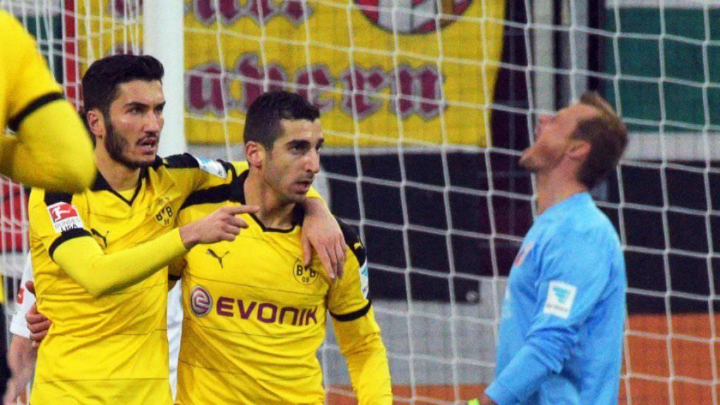 Henrik Mchitarjan (rechts) und Nuri Sahin freuen sich über den Dortmunder Ausgleich Sekunden vor der Pause